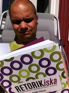 Christian läser Retorikiska i solen