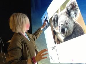 Karin Hedin testar Europas största touchskärm.