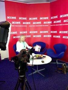 Accent direkts studio längst bak i förhandlingssalen.