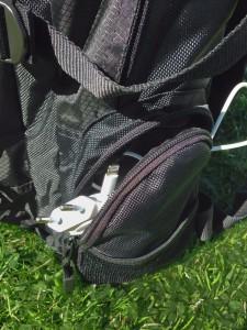 """""""Mobilfickor"""" på båda sidor om ryggsäcken"""