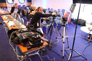 Christian sköter kameror, mixar bild och reglerar ljud i direktsändningen av  Accent direkt