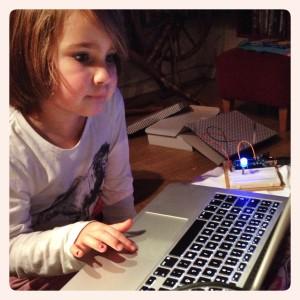 Nora programmerar Arduino