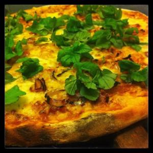 Surdegspizza med kirskål