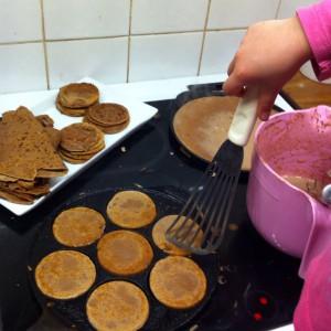 Nora steker pannkakor och plättar