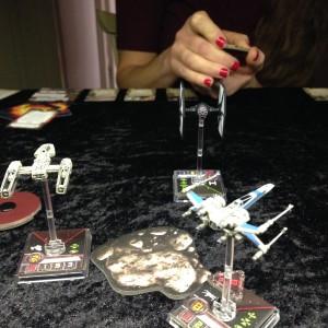 Spelskivans storlek bestämdes bland annat av storleken på spelplanen för X-wing Miniatures Game