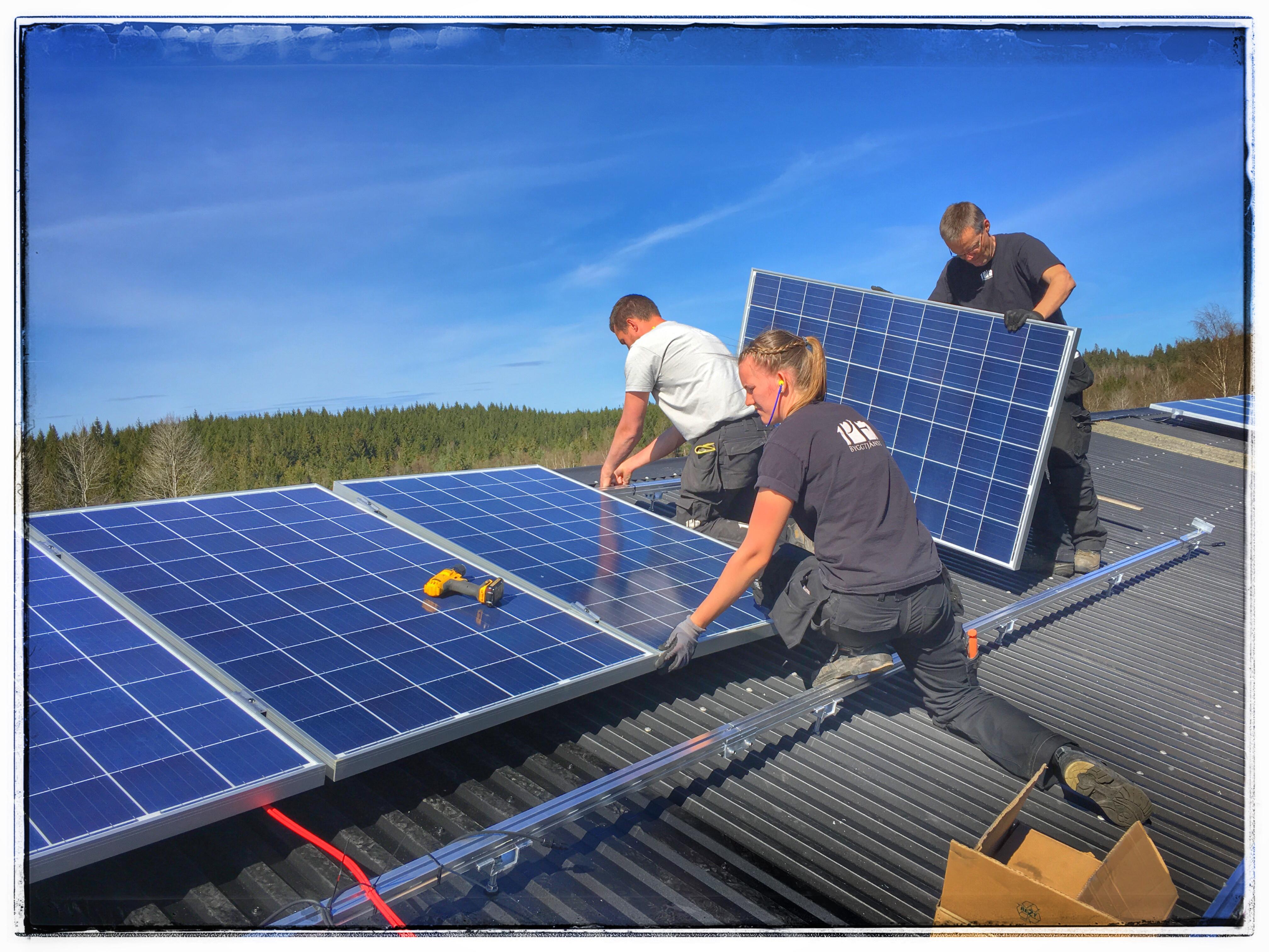PE Byggtjänst monterar solceller i Sundhult