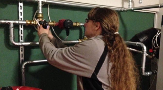 Pannbyte - Hanna installerar styrning till laddkoppling