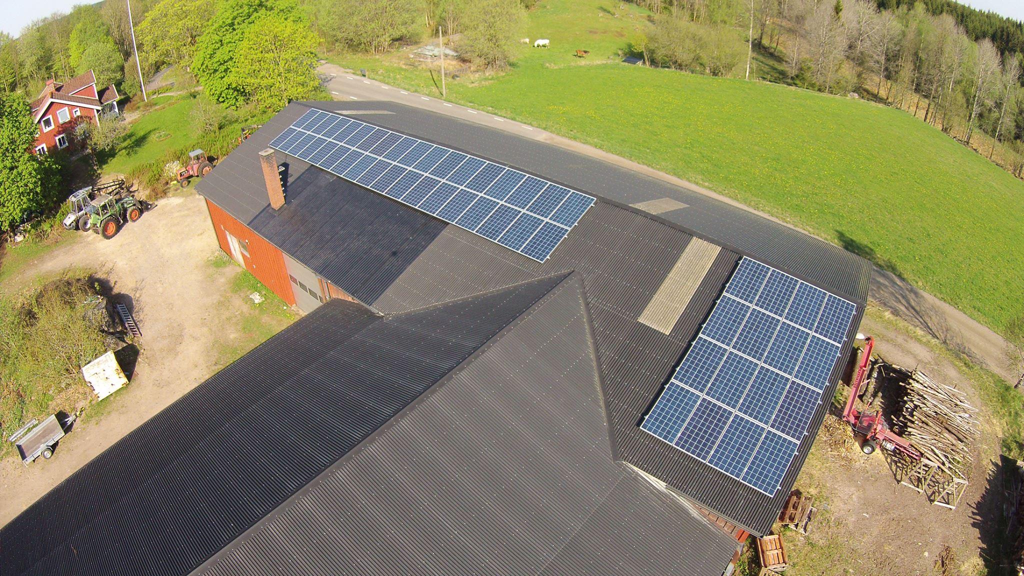 Solceller på taketfrån sydöst i Sundhult - Foto Hallands Energiutveckling