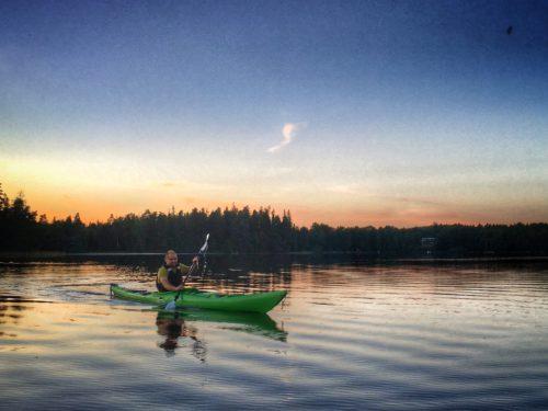 Christian paddlar kajak på Tjärnesjön