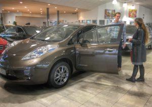 Axel på Hedins Bil lämnar över nycklarna till en Nissan Leaf 30 kWh Tekan till Sundhult