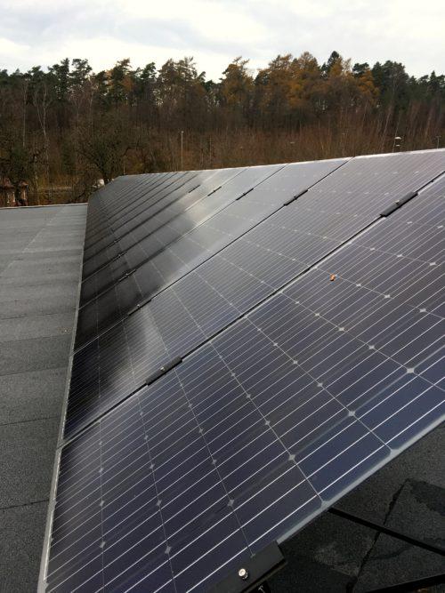 bifacial solcellspanerler på stain uppe på taket på Örjanhallen i Halmstad