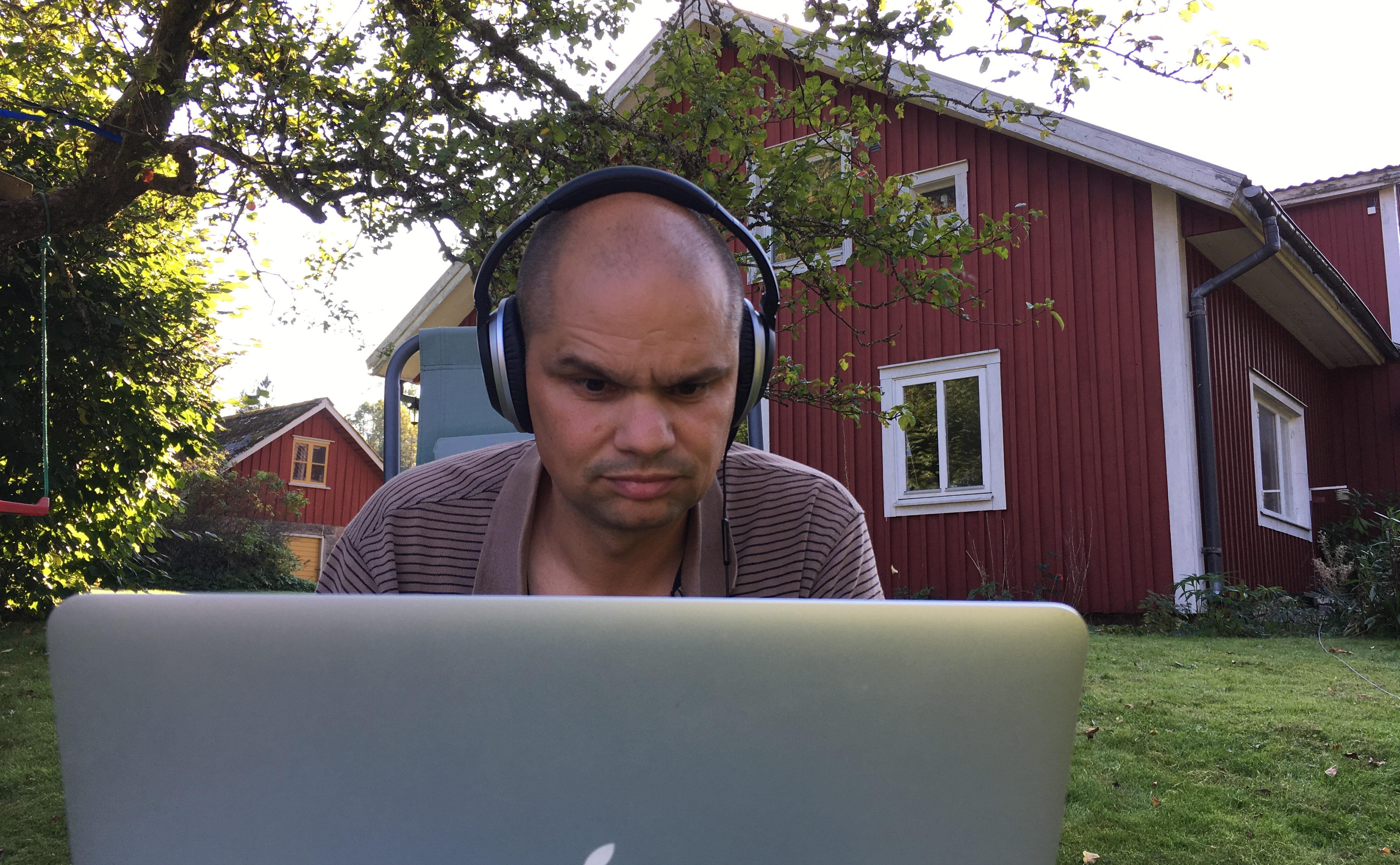 Christian pluggar MOOC under äppelträdet