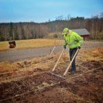 Christian använder bredgrepen i första odlingsbädden