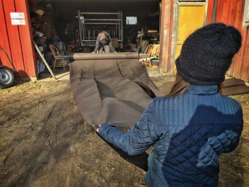 Ogräsduken delas för att bli täckdukar till odlingsbäddarna
