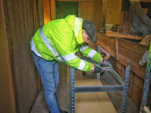 Christian monterar hyllor som pluggbrättena skall stå på