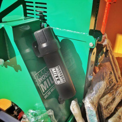 Woodland Mills WC88 - På sidan finns en vattentät tub för manual och skruvar för att montage