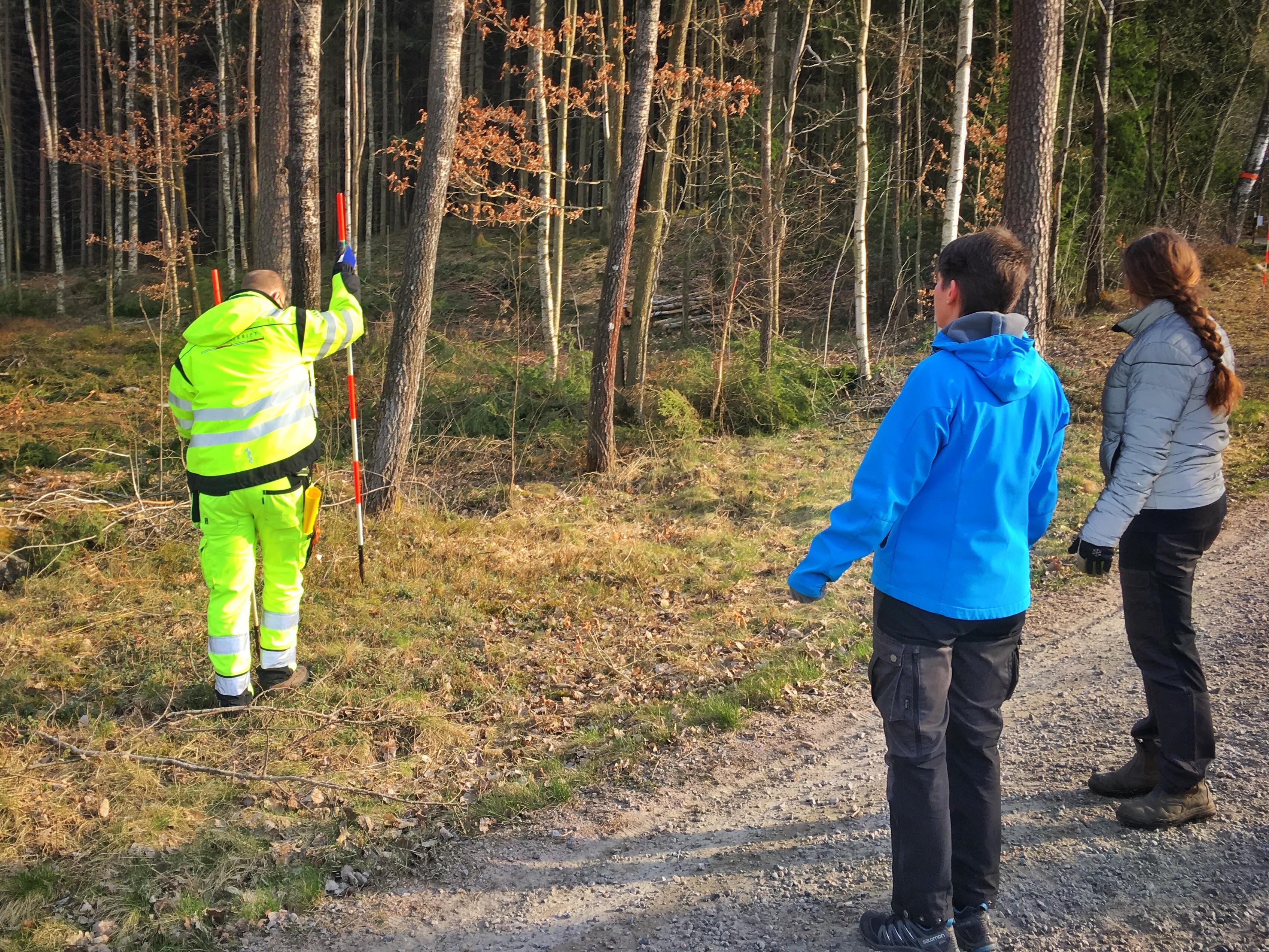Ingrid och Hanna diskuterar med Fredrik från Lantmäteriet var gränsmarkören skall placeras