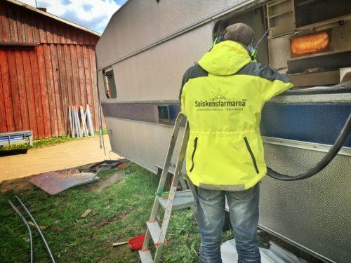 Dags att riva husvagnen i Sundhult för att bygga en äggmobil
