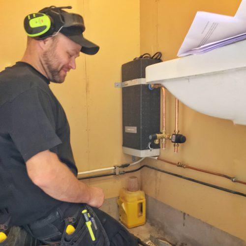 Jimmy Gotthardsson installerar varmvattenberedare till äggpackeriet.