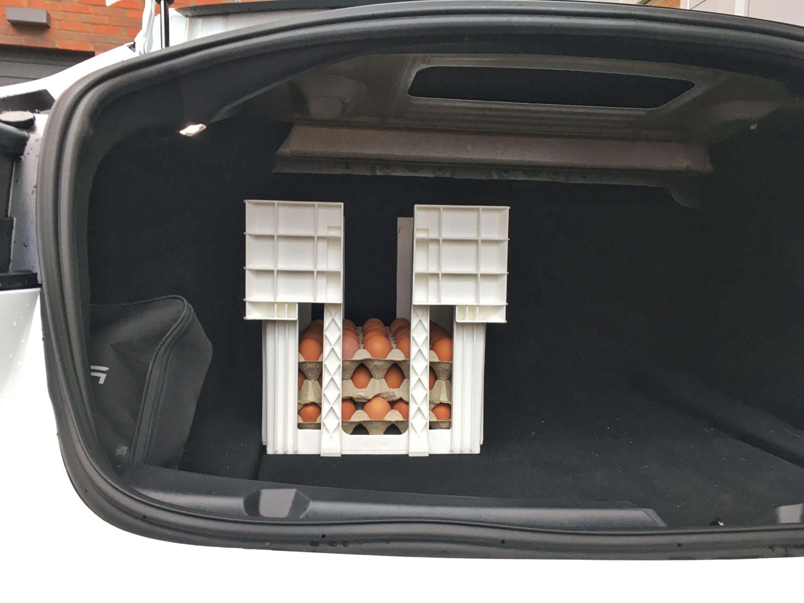 Det får plats minst fyra sådana här äggbackar i bagaget i en Tesla Model 3