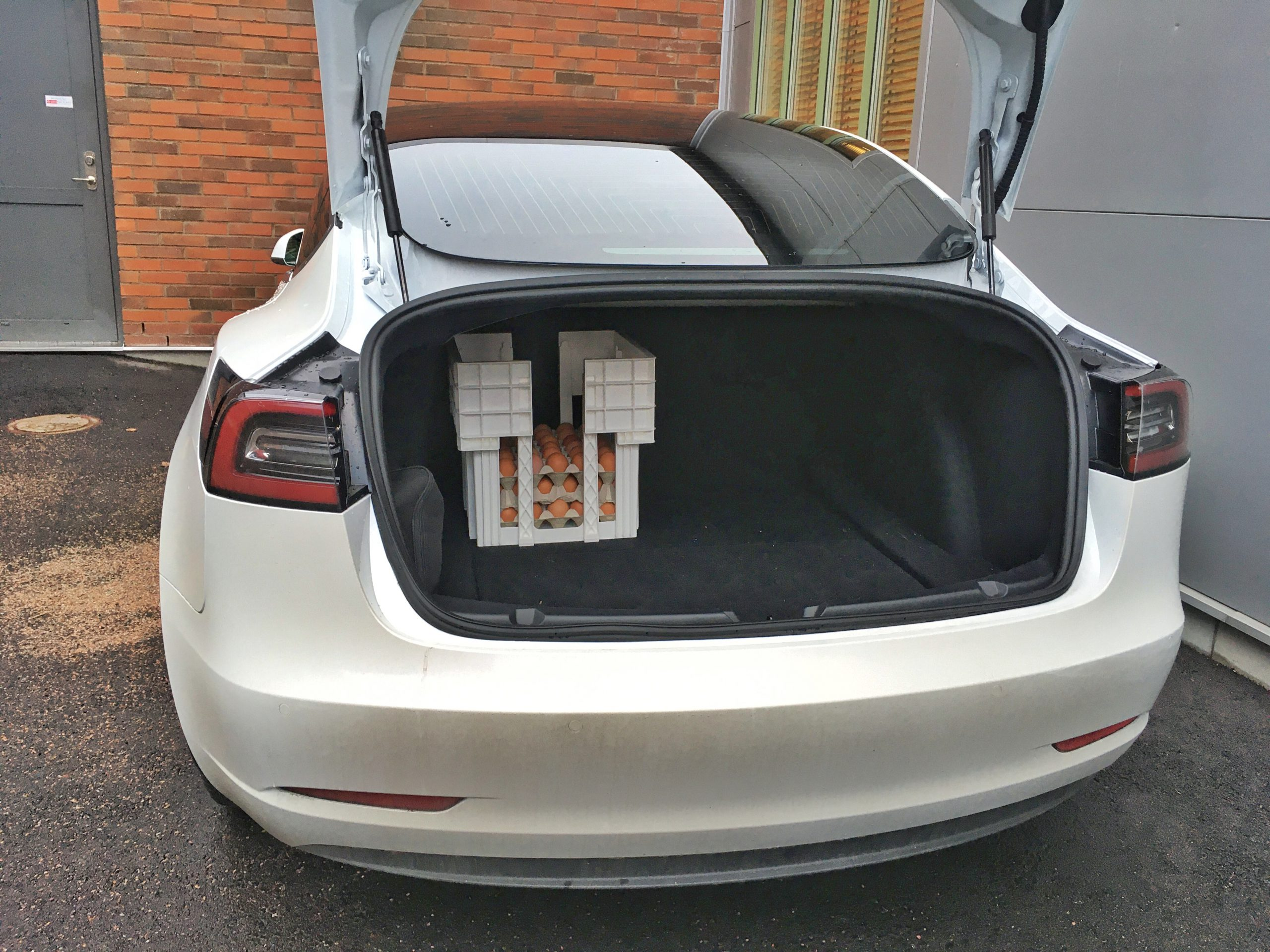 En äggback lastad i en Tesla Model 3