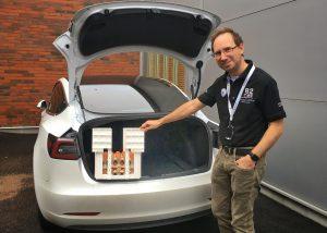 Martin låter oss prova att lasta äggbackar i hans Tesla Model 3