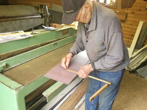 Rune i Stenstorp, 97 år, hjälper oss att bocka plåt till äggmobilen