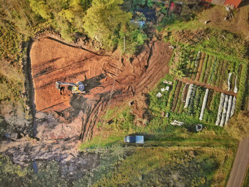 Överskit när grävmaskinen sprider ut jordhögen på Broaker