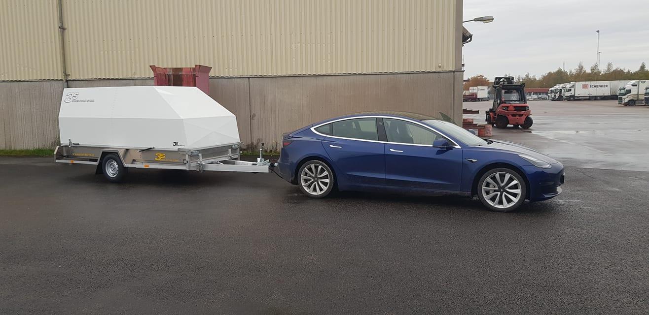 Tesla Model 3 på väg till Göteborg med elmotorcyklar till mässa