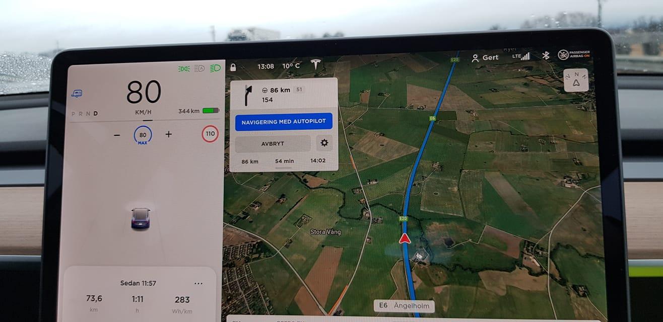 Tesla Model 3 på väg till Göteborg med släp