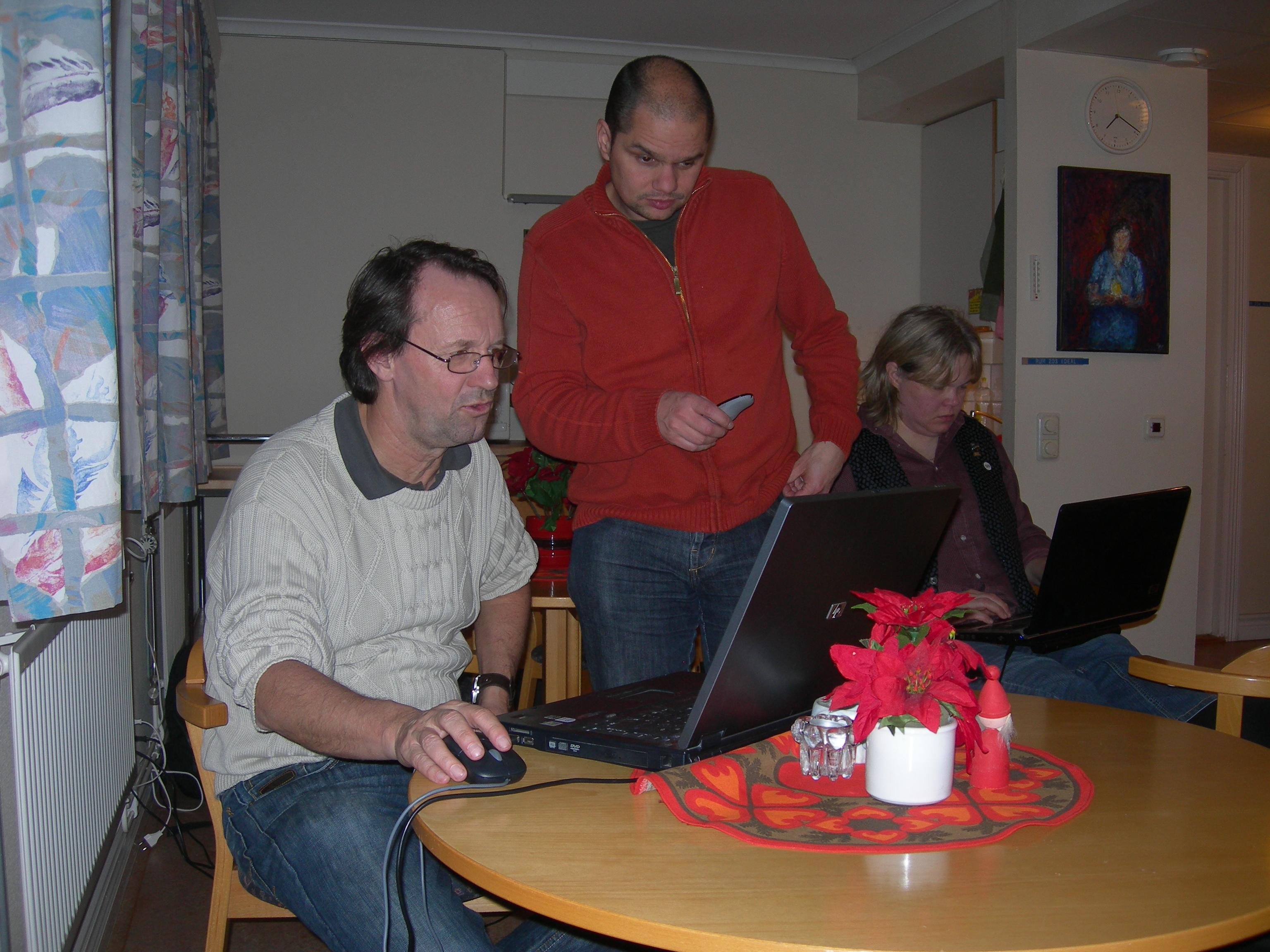 Totte får instruktioner av Christian, medan Camilla knppar på sin dator.