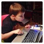 Joar programmerar Arduino