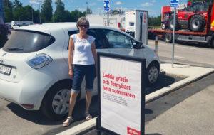 Öppet hus i Sundhult 2016 - Sylvi har satt Renault Zoe på laddning