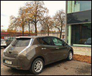 Nisan Leaf 30 kWh Tekna parkerad utanför HMS första pendlingsdagen