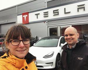 Hanna och Christian hämtar den nya Tesla Model 3 LR AWD