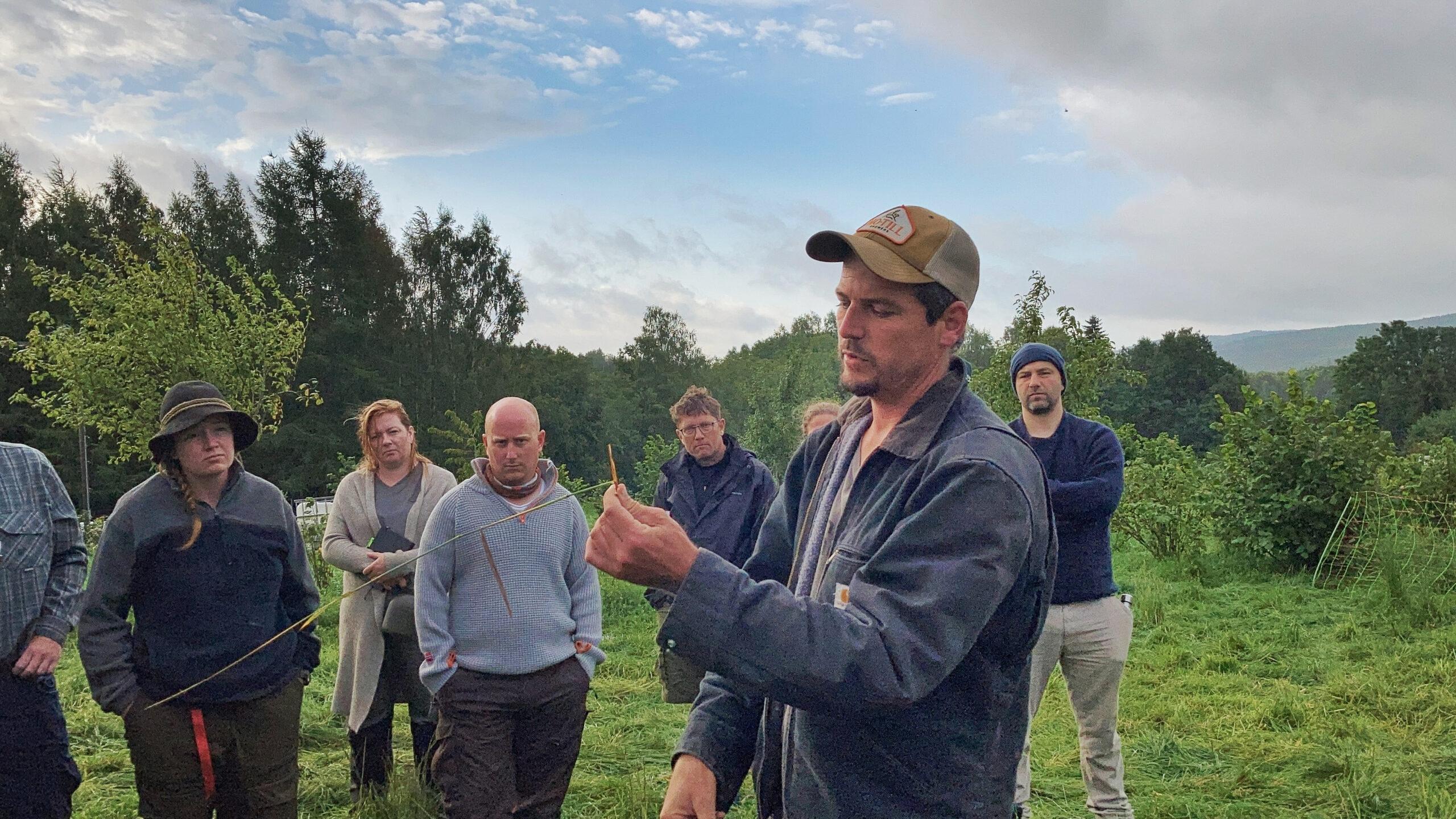 Ett grässtrå som trampas bidrar också till jordhälsan berättar Richard Perkins
