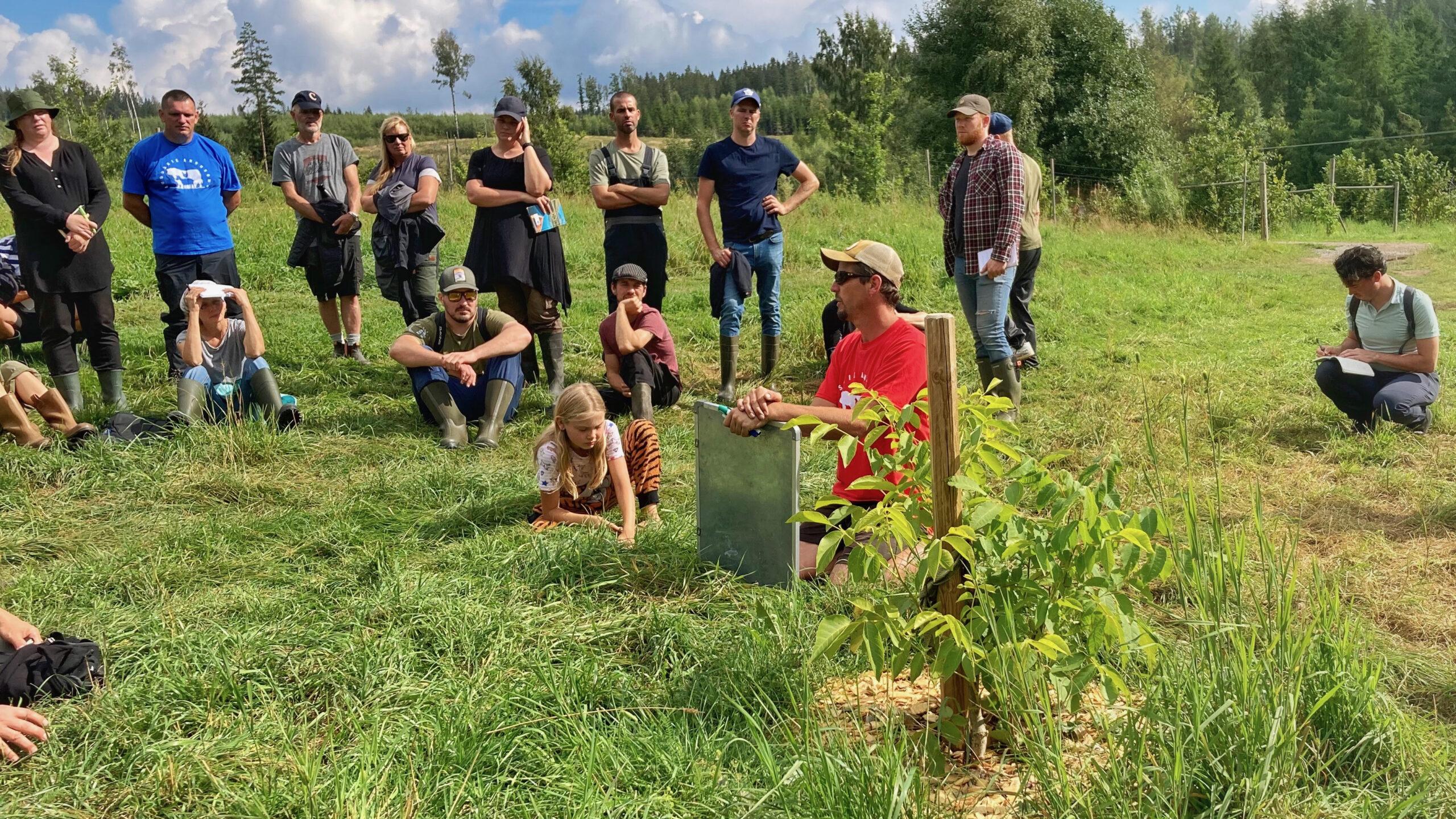 Folk på plats från alla delar av Eurpoa för en Regenerative Agriculture Masterclass på Ridgedale Farm