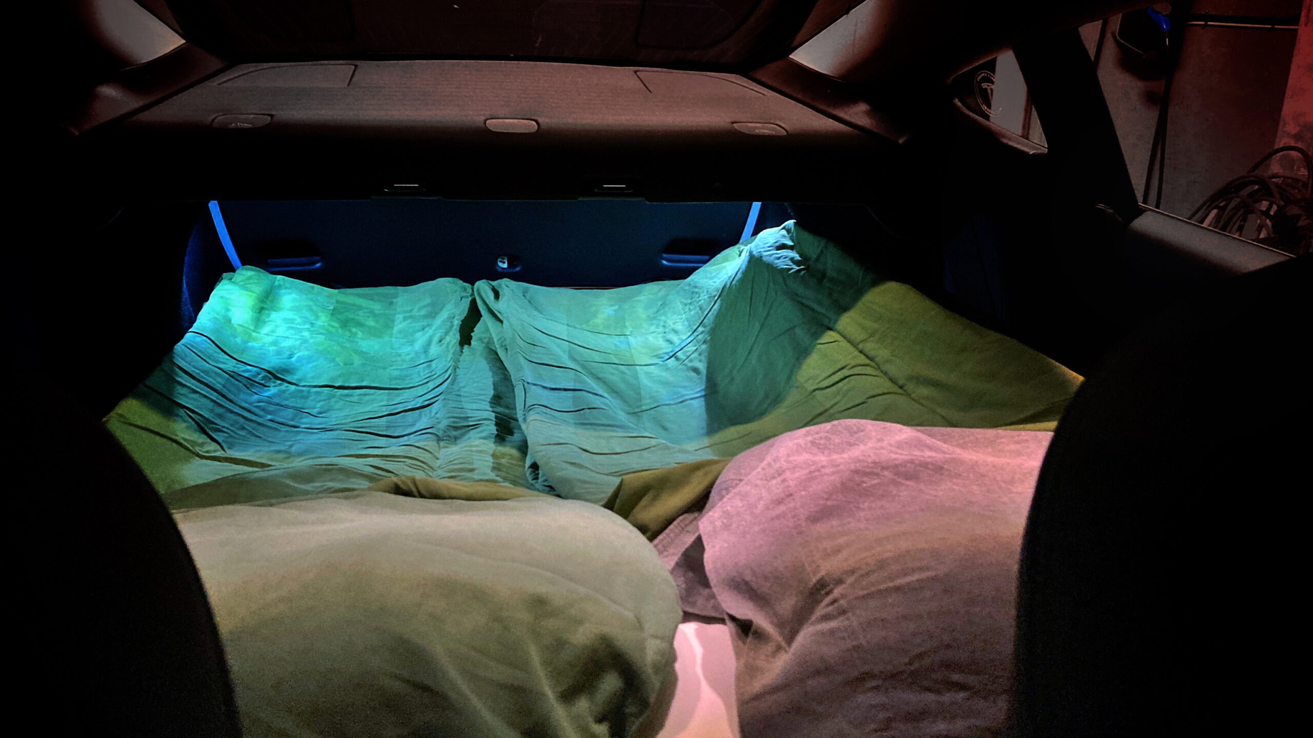 Plus F60 Dreamzone madrass i vår Tesla Model 3 sett innefrån bilen