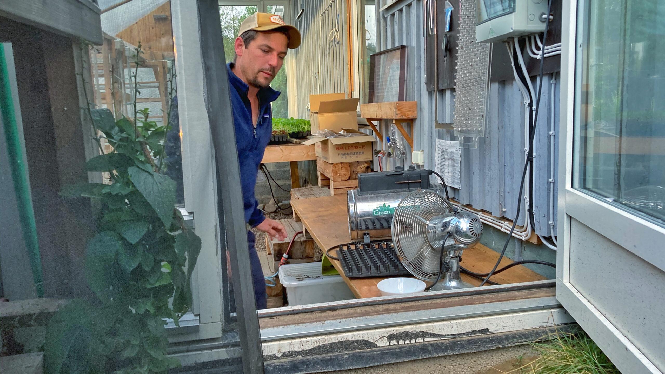 Richard Perkins berättar om hur han driver upp plantor för grönsaksodlingen