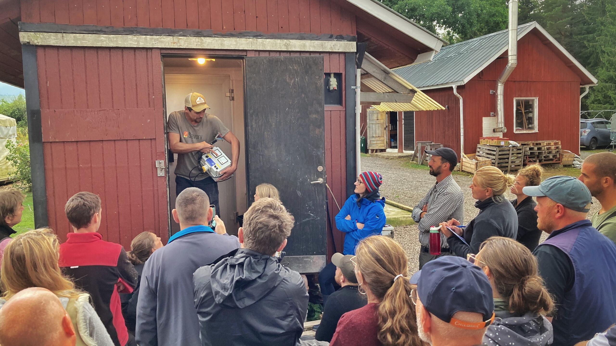 Richard Perkins i dörren till gårdsslakteriet  där han förevisar utrustning  som används vid slakt