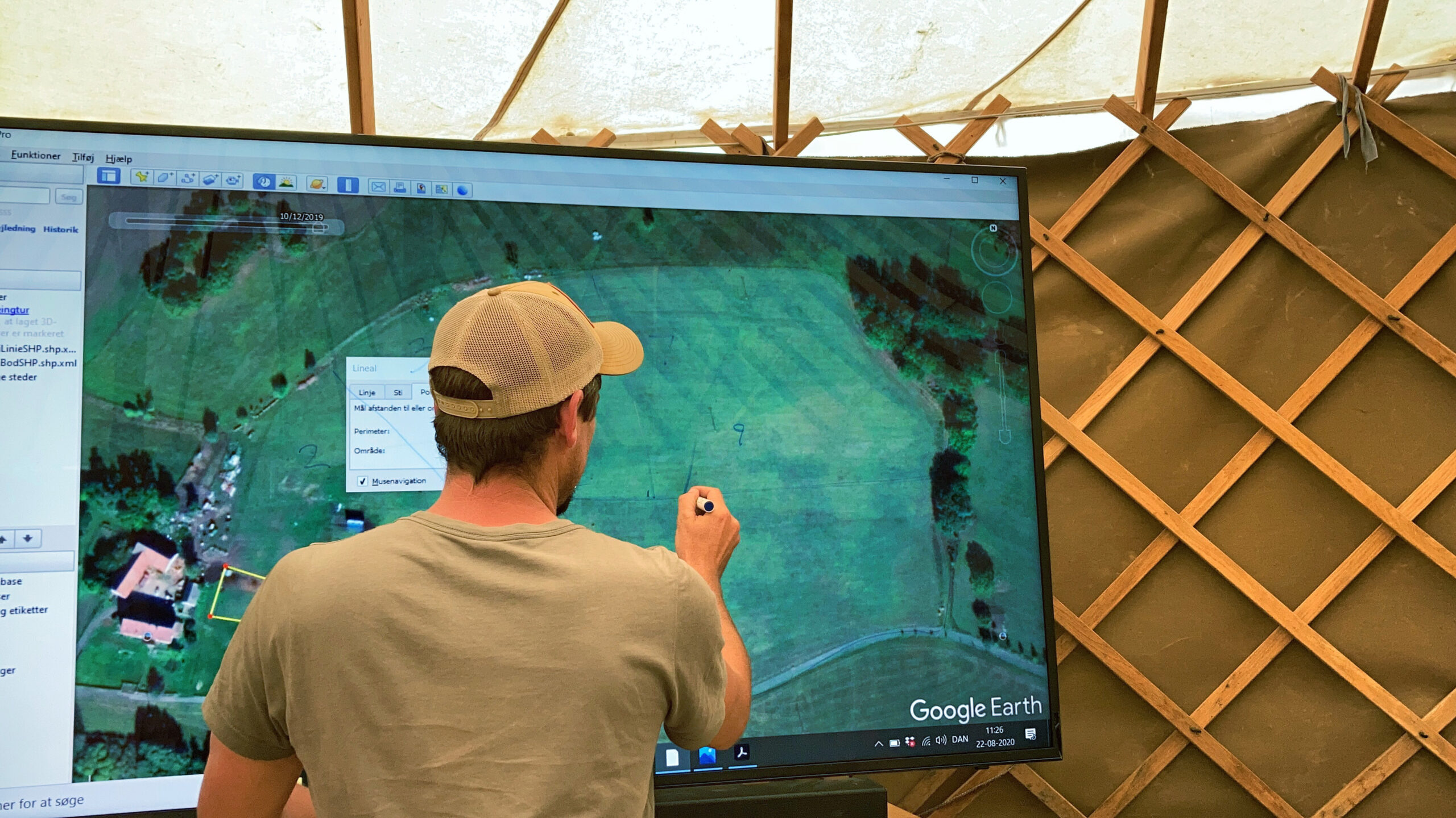 Richard Perkins ritar på TVn och visar hur en gårds betesmarker kan planeras för holistisk rotationsbetning