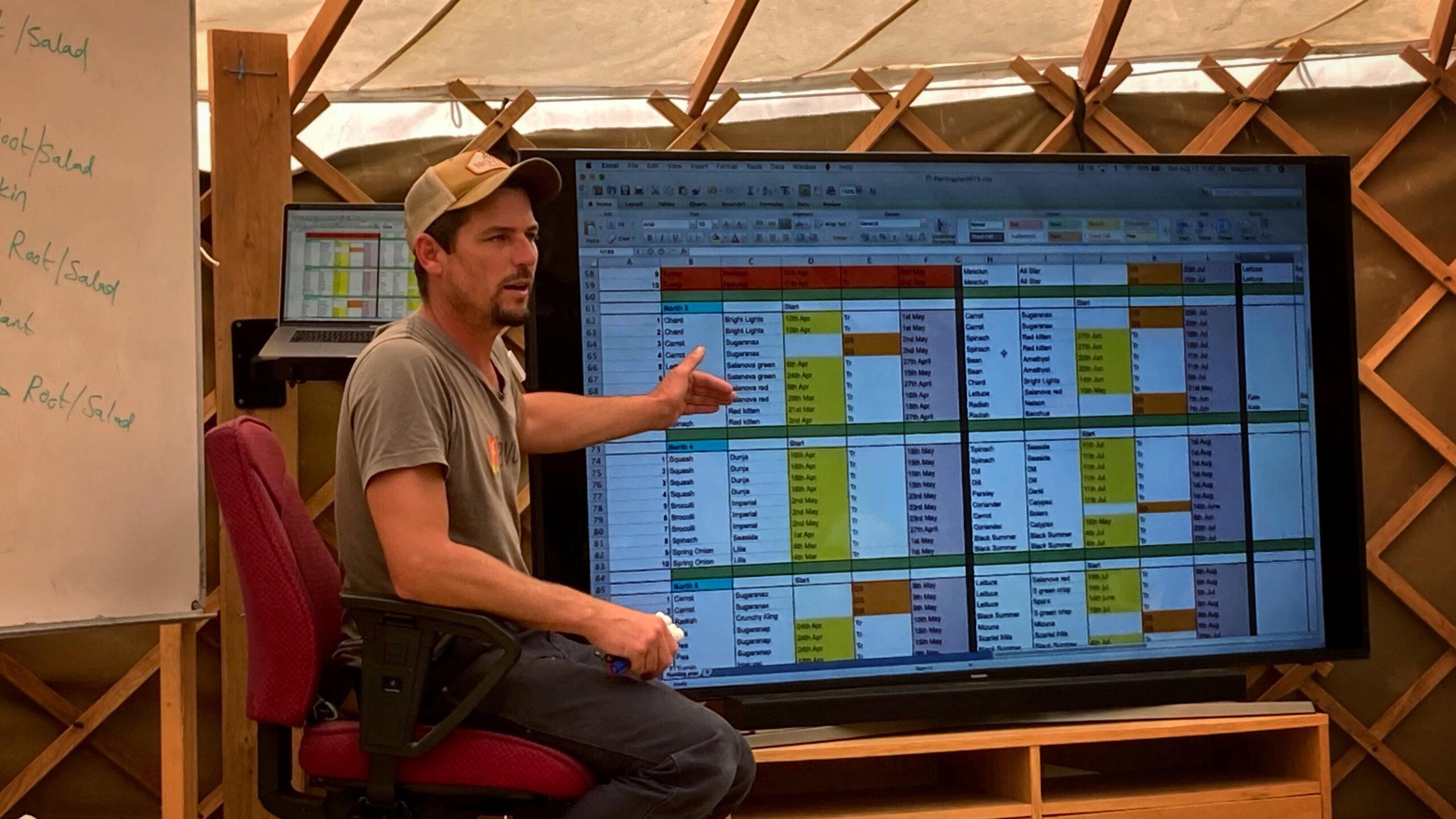 Richard Perkins visar hur kalkylblad används i planeringsarbetet