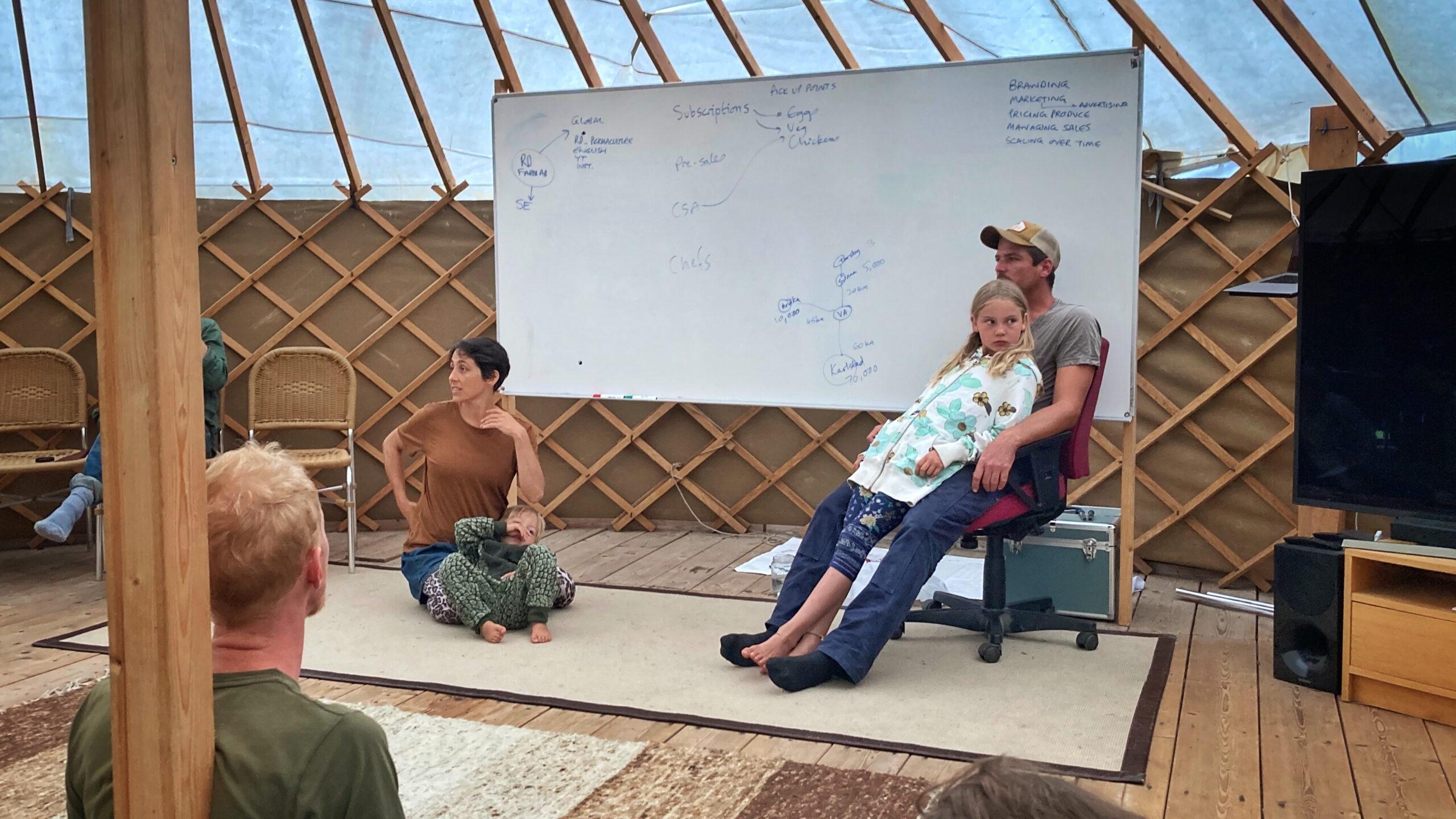 Yohanna & Richard med sina fantastiska barn i den yurt där teoripassen hölls